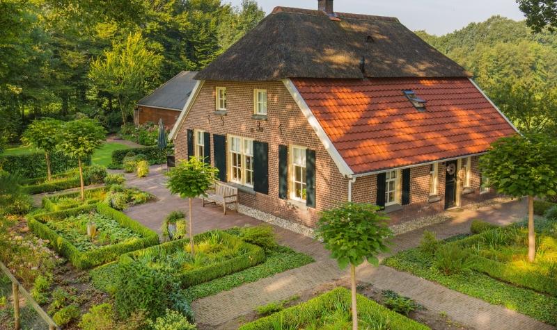 Fraai gemoderniseerde woonboerderij