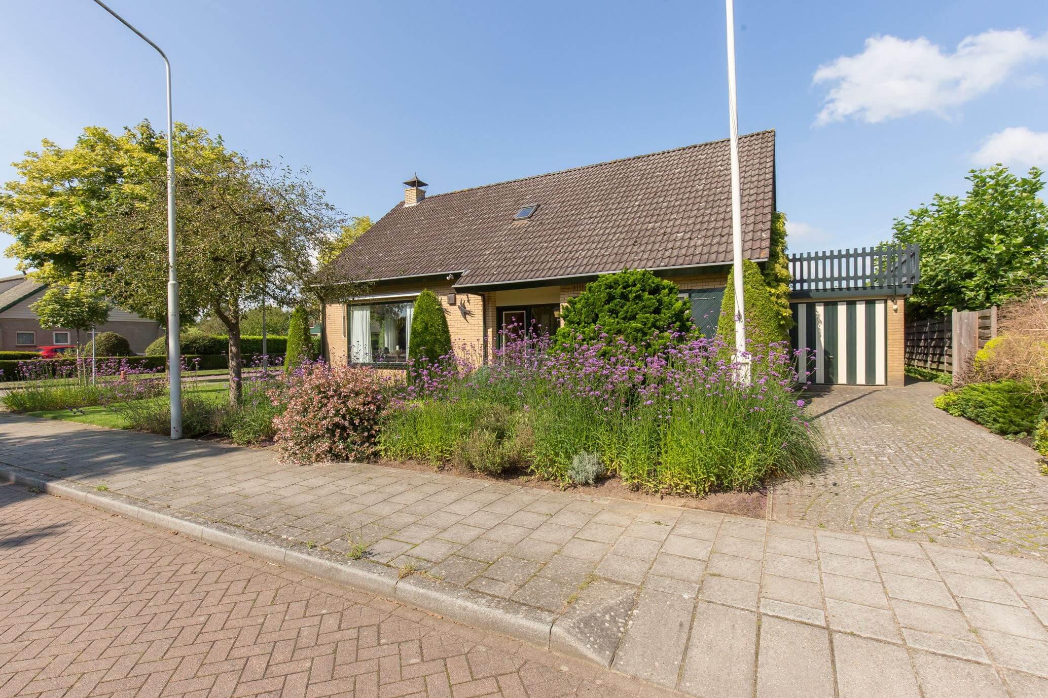 Vrijstaande semi-bungalow met rondom tuin en prachtig vrijblijvend uitzicht